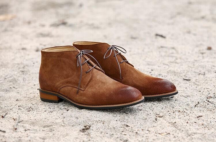 查卡靴由鞋面與鞋身的兩片裁片組合而成