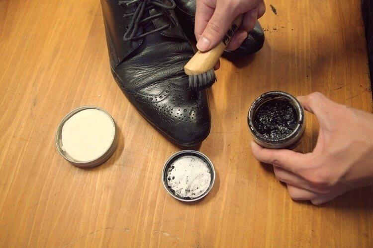 使用鞋刷沾取鞋乳滋養鞋面