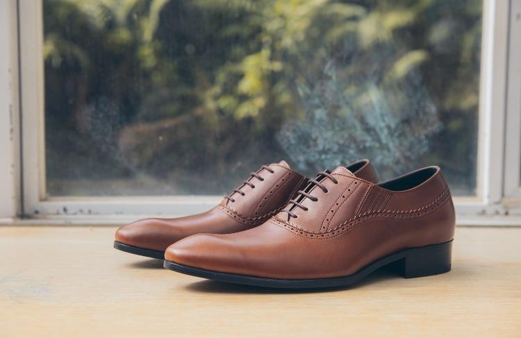 在窗戶前面的牛津皮鞋