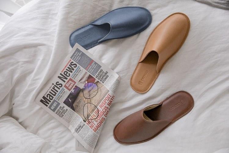床與室內拖跟報紙