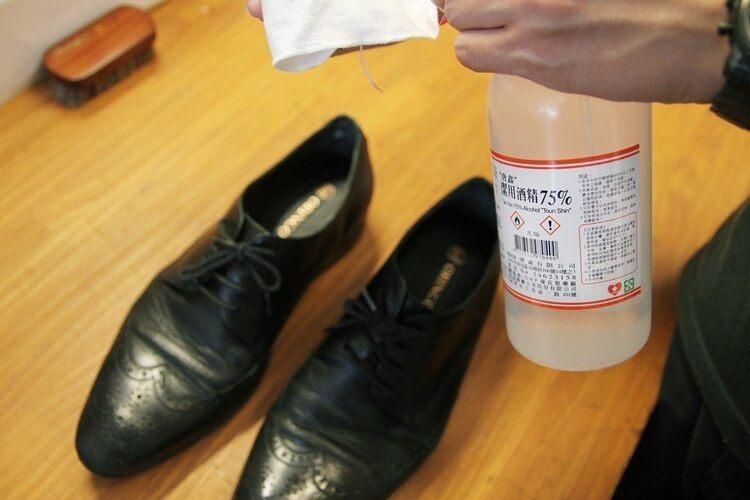 使用稀釋酒精與棉布輕輕擦拭將鞋面水氣帶走