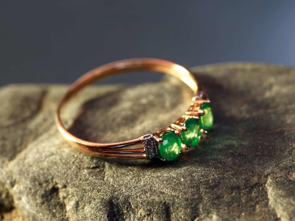 祖母綠跟鑽石、紅寶石和藍寶石被譽為四大名貴寶石,又稱「綠寶石之王」。