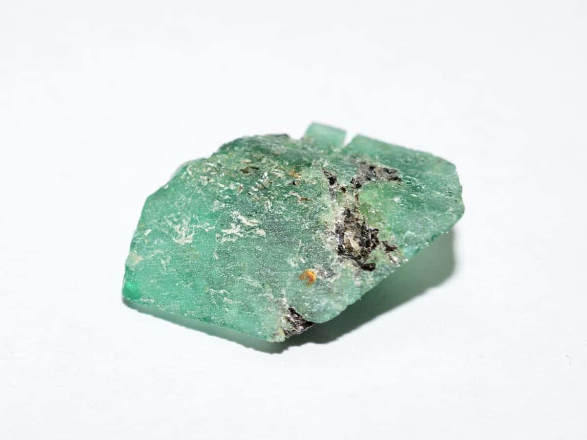 購買祖母綠可以參考美國寶石學院(GIA)的標準,選擇成色為純綠色或藍綠色。
