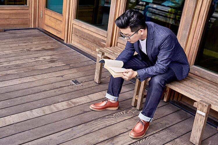 磚紅色 蠟感牛皮袋鼠鞋牛仔褲休閒穿搭