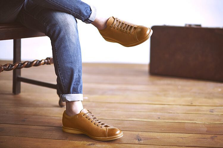 手作蠟感皮革休閒鞋 焦咖啡色搭配牛仔褲