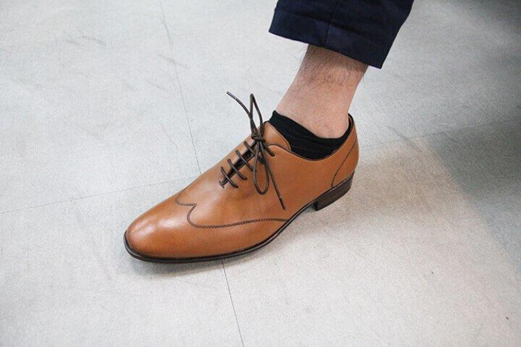 穿皮鞋卻露出一小截踝襪
