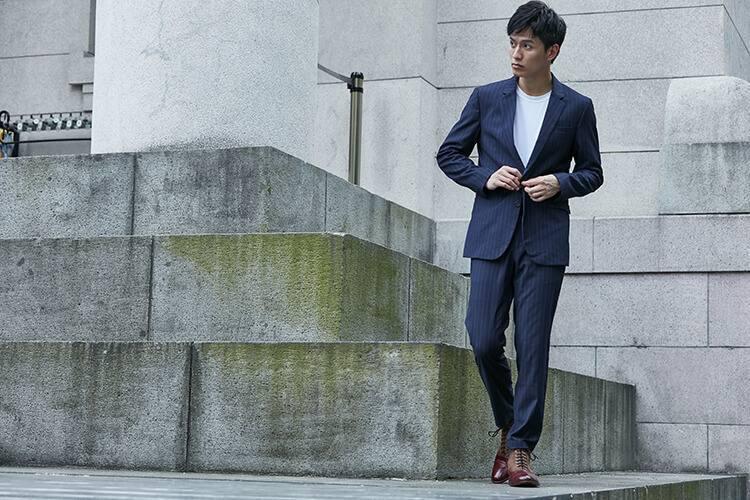 繫帶靴牛津靴搭配藍色直條紋西裝