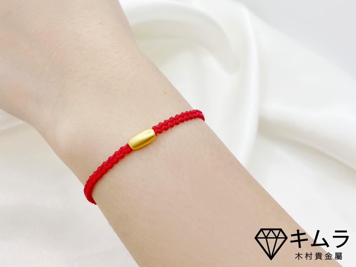 轉運珠手飾與紅繩的搭配,金色與紅色都有吉祥的寓意。