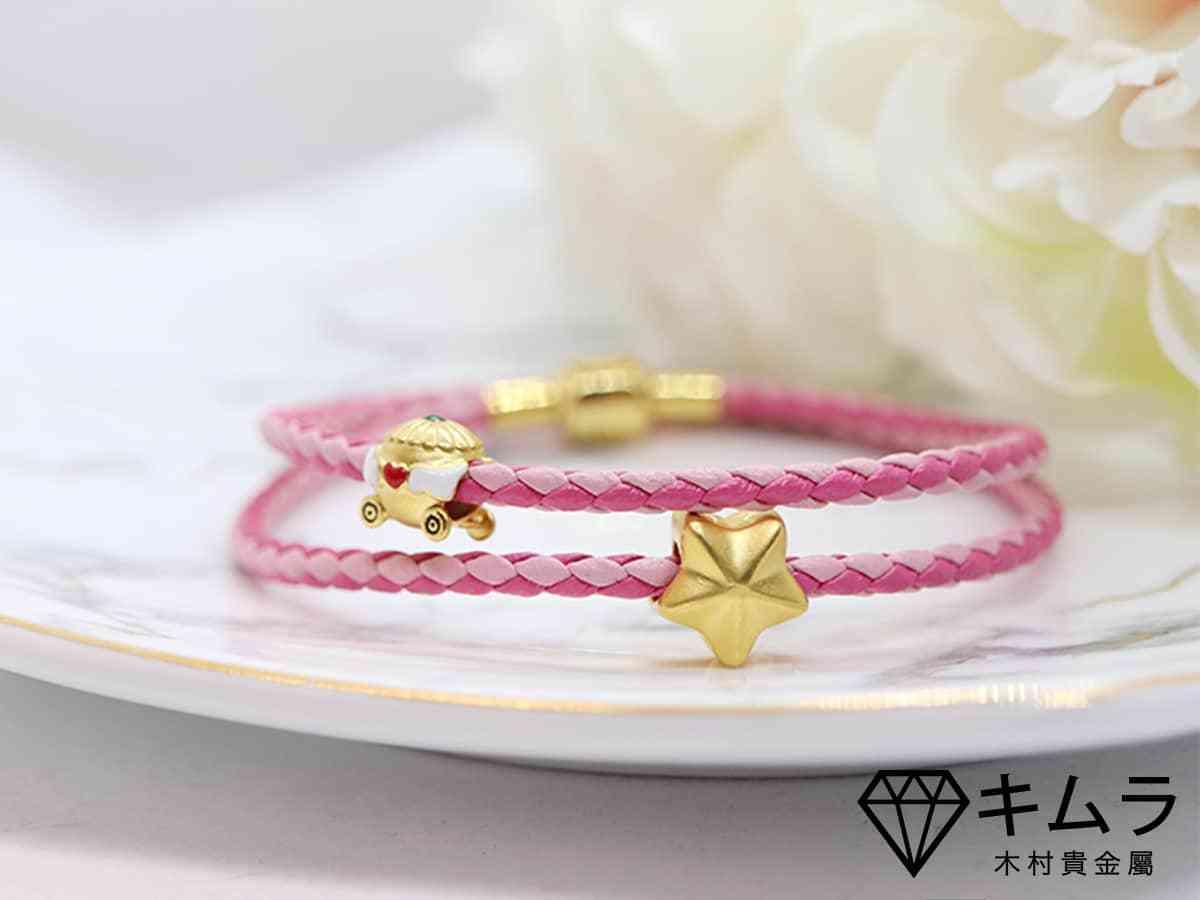 轉運珠由以星星與車子的黃金串飾造型設計,跳脫傳統圓滾珠樣貌,特別受到年輕人喜愛,也有人會買來當彌月金飾送禮。
