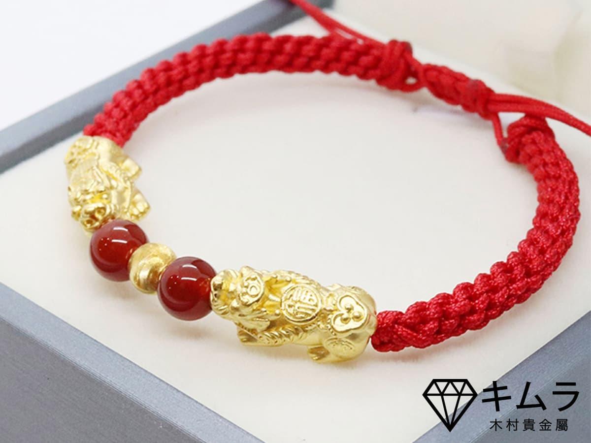 黃金與玉石的組合,左右又各擁一隻黃金貔貅,擁有金玉滿堂的象徵。