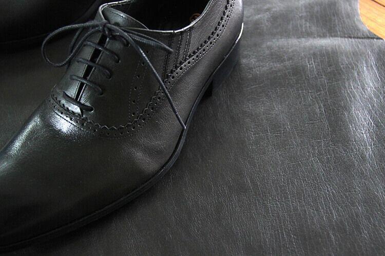 真皮所製作的鞋款有許多天生的細緻紋路
