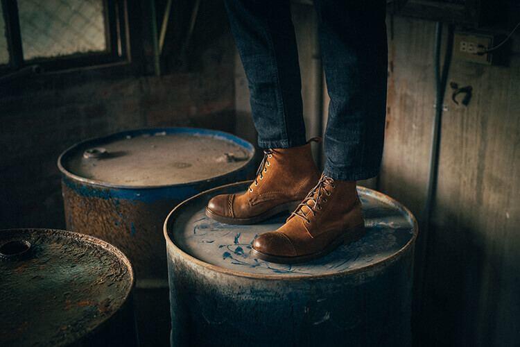 麂皮皮料的紳感橫飾工作靴