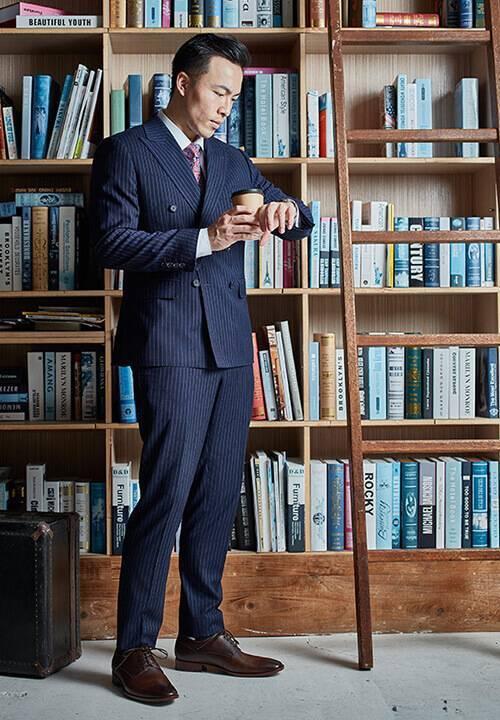 商務藍色條紋西裝搭配素面德比鞋
