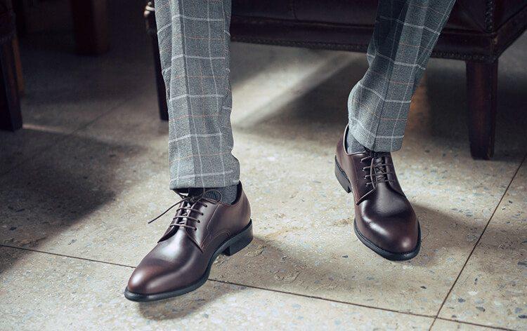 灰色西裝搭配咖啡色素面德比鞋