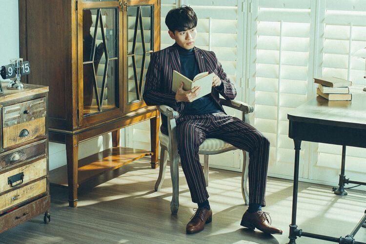 休閒紳士西裝搭配咖啡色鋸齒橫飾雕孔德比鞋