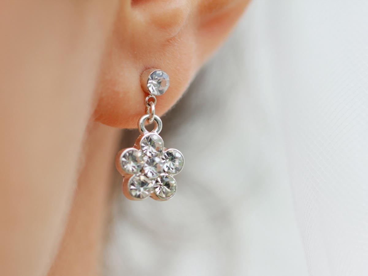 戴耳環或項鍊導致皮膚紅腫,可能是對鎳、鉻、鈷過敏