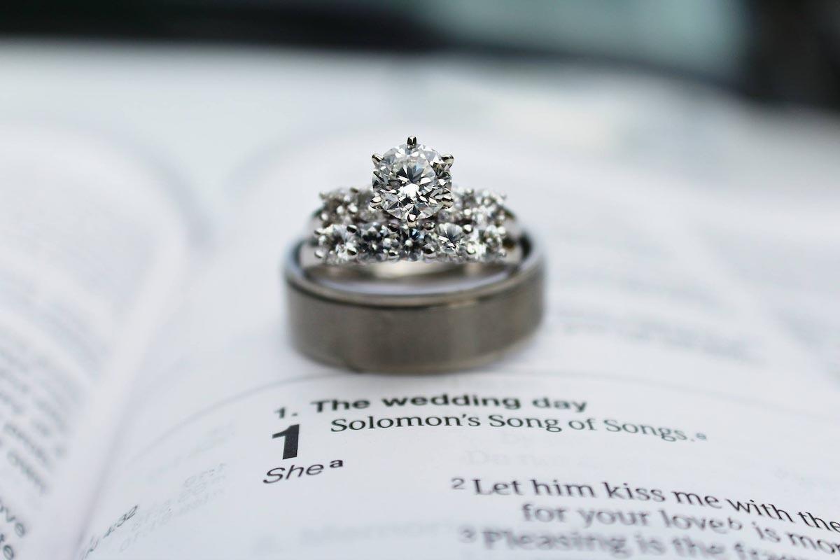 鑽石戒指有多種顏色、戒托材質和款式可隨意搭配