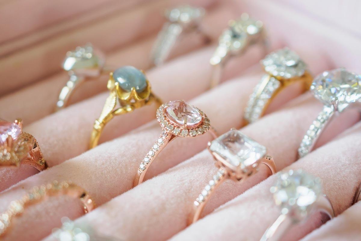 鑽石顏色除了常見的白鑽,彩鑽也是新娘首選,像粉鑽就適合喜歡浪漫氛圍的新娘