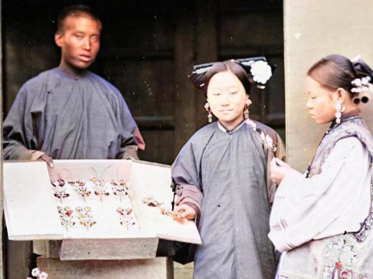 銀樓一開始由匠師在街頭販賣女孩子的髮簪、耳環和手鐲,生意壯大後就地開店,因此銀樓常見於各地商圈