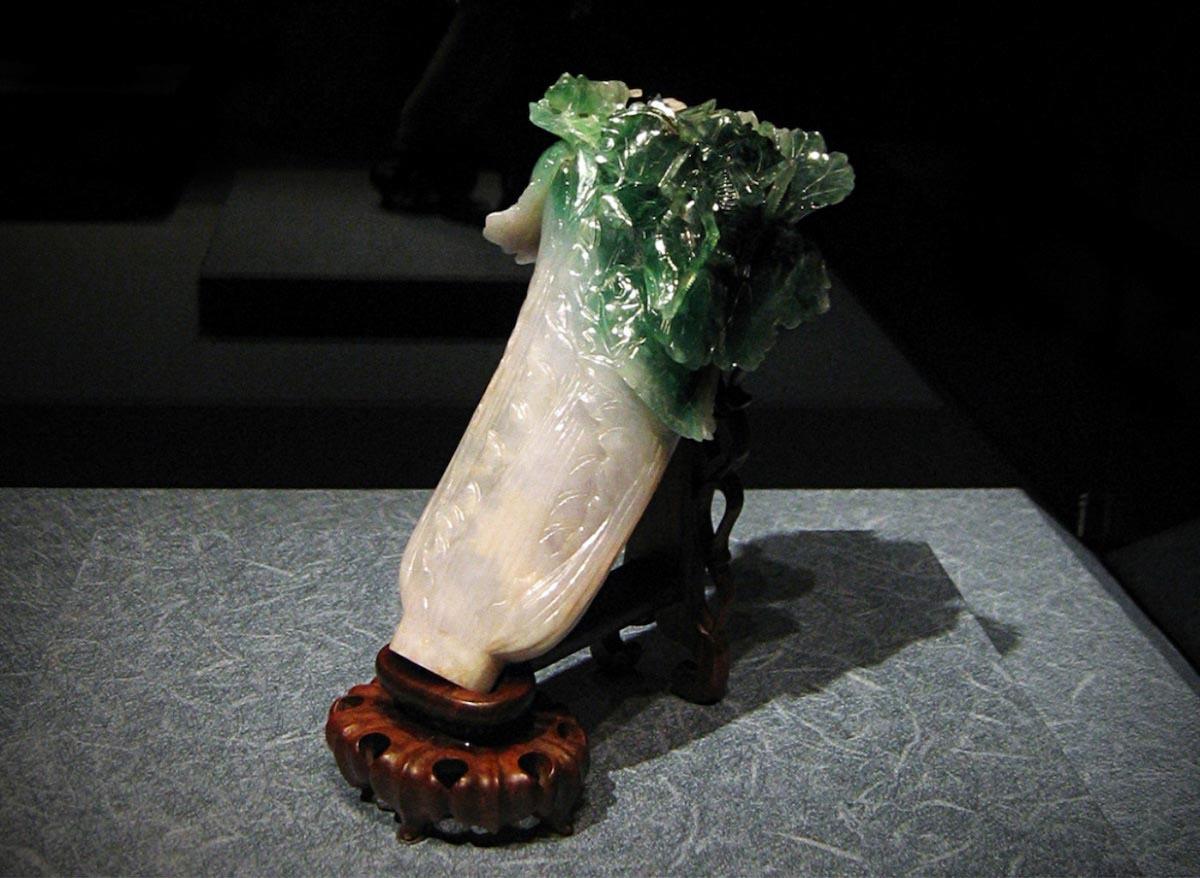 翠玉材質與白菜造型風行於清中晚期,翠玉白菜正是當時有名的玉雕