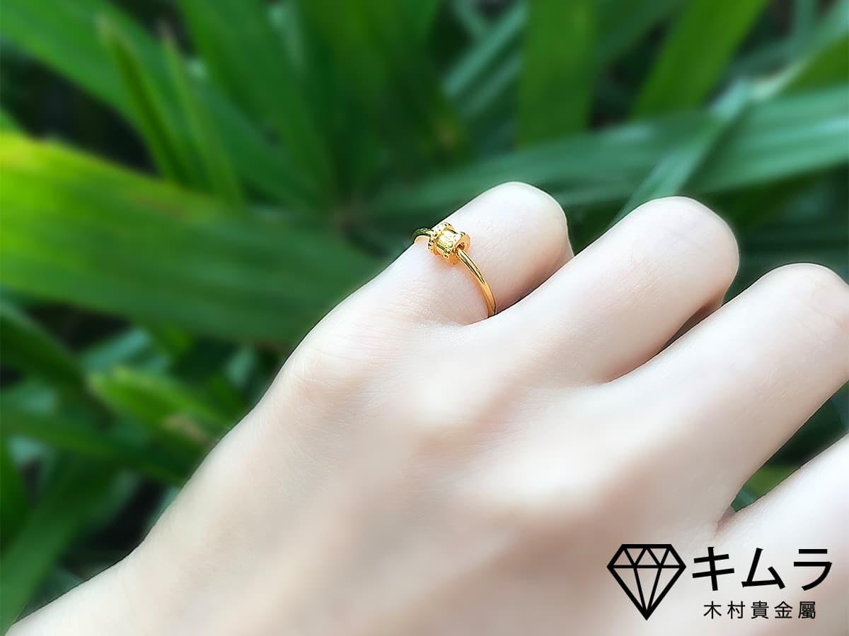 戒指配戴在小指,可能在暗示你:我不想談戀愛喔,請走開!
