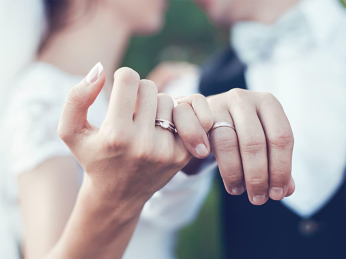 配戴無名指的結婚鑽戒,祝福倆人的粉紅泡泡更加甜蜜。
