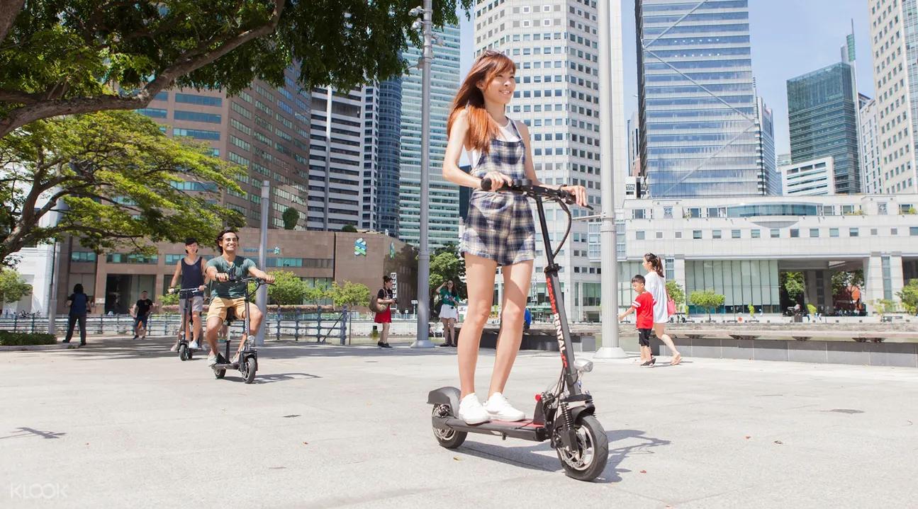 新加坡騎乘電動滑板車的人