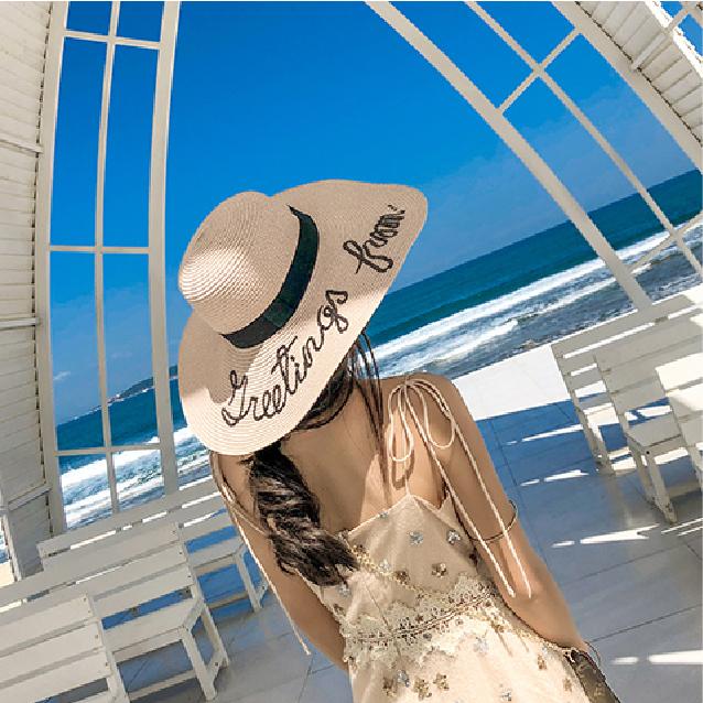 沙灘草帽女孩