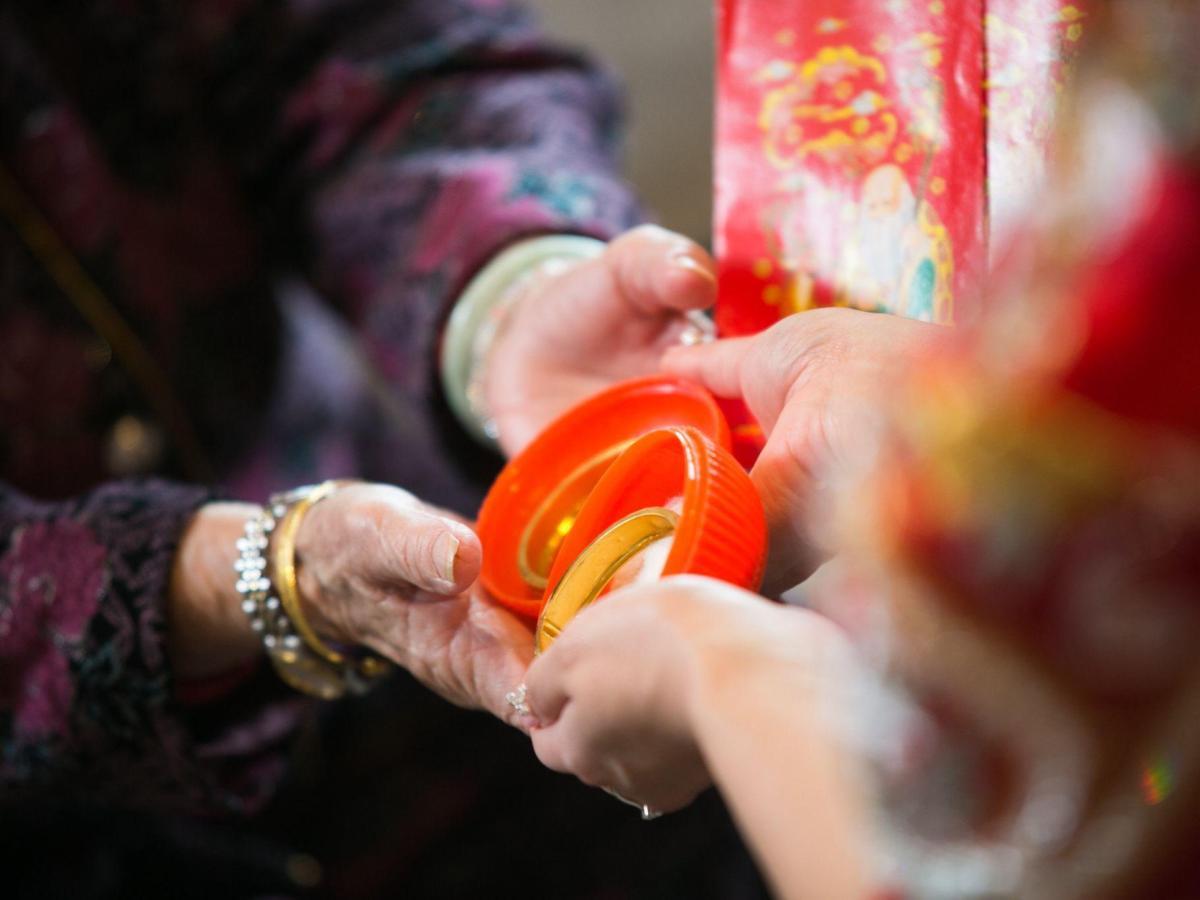 結婚金飾是雙方家庭都要準備,婆婆送媳婦、丈母娘送女婿