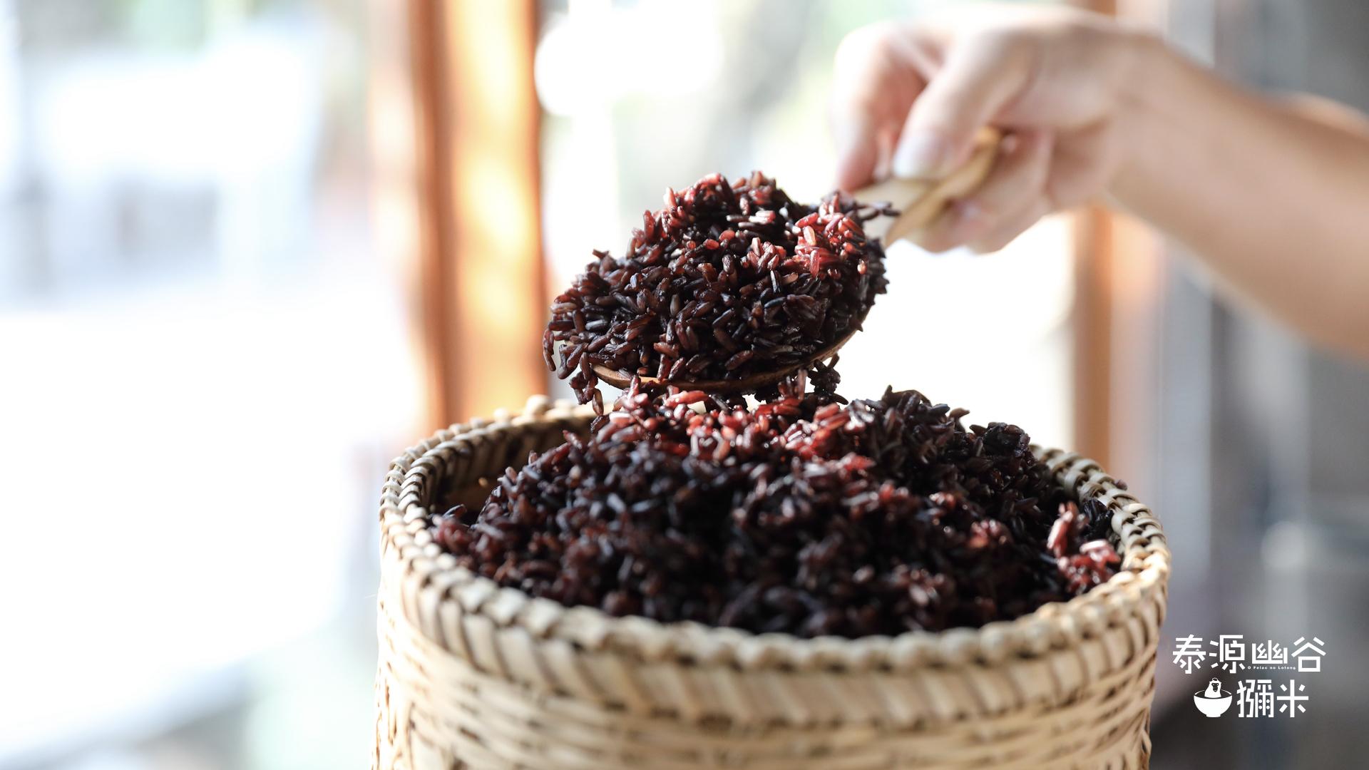 一碗煮熟的紫米飯,較黏稠也不易消化