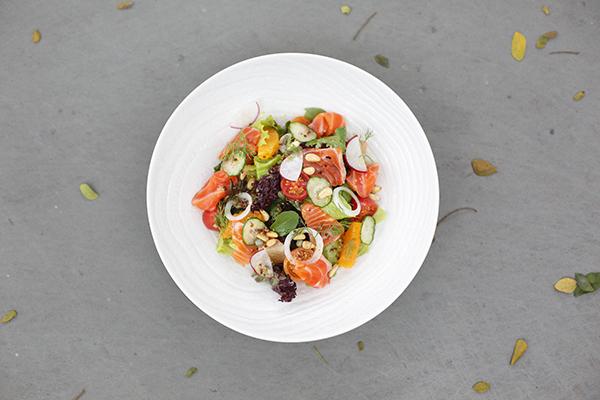 冷燻鮭魚怎麼吃?LA ONE主廚獨門煙燻鮭魚料理:煙燻鮭魚沙拉佐梅子醬
