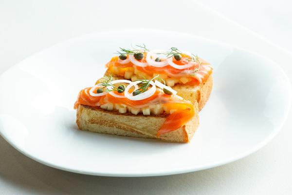 冷燻鮭魚怎麼吃?LA ONE主廚獨門煙燻鮭魚料理:煙燻鮭魚三明治