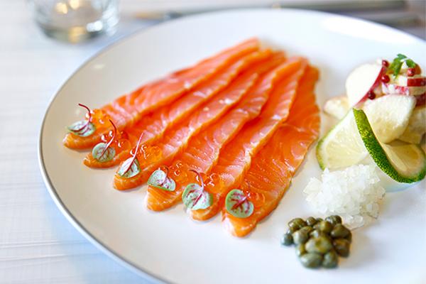 煙燻鮭魚料理怎麼做?主廚教您冷燻鮭魚怎麼吃最對味