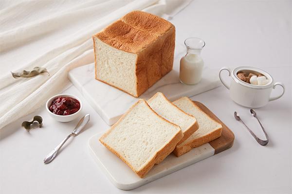 經典櫻桃鴨料理二:櫻桃鴨腿三明治 - 將切片的鴨腿與起司夾入吐司薄片或布里歐切片中,並加入生菜、黑胡椒或法國芥末籽醬即可