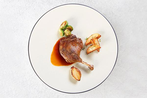 經典櫻桃鴨料理二:櫻桃鴨腿三明治 - 先將油封鴨腿以烤的方式加熱後切片