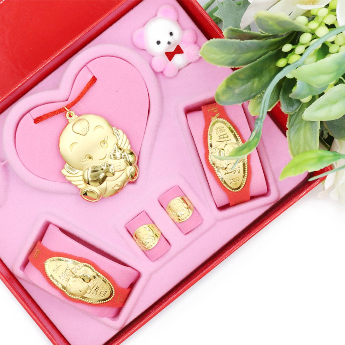 傳統彌月金飾禮盒,常見黃金項鍊一條、長命金鎖片手牌一副、博士金戒指一對,價格依據金飾重量從2,000元~8,000元不等