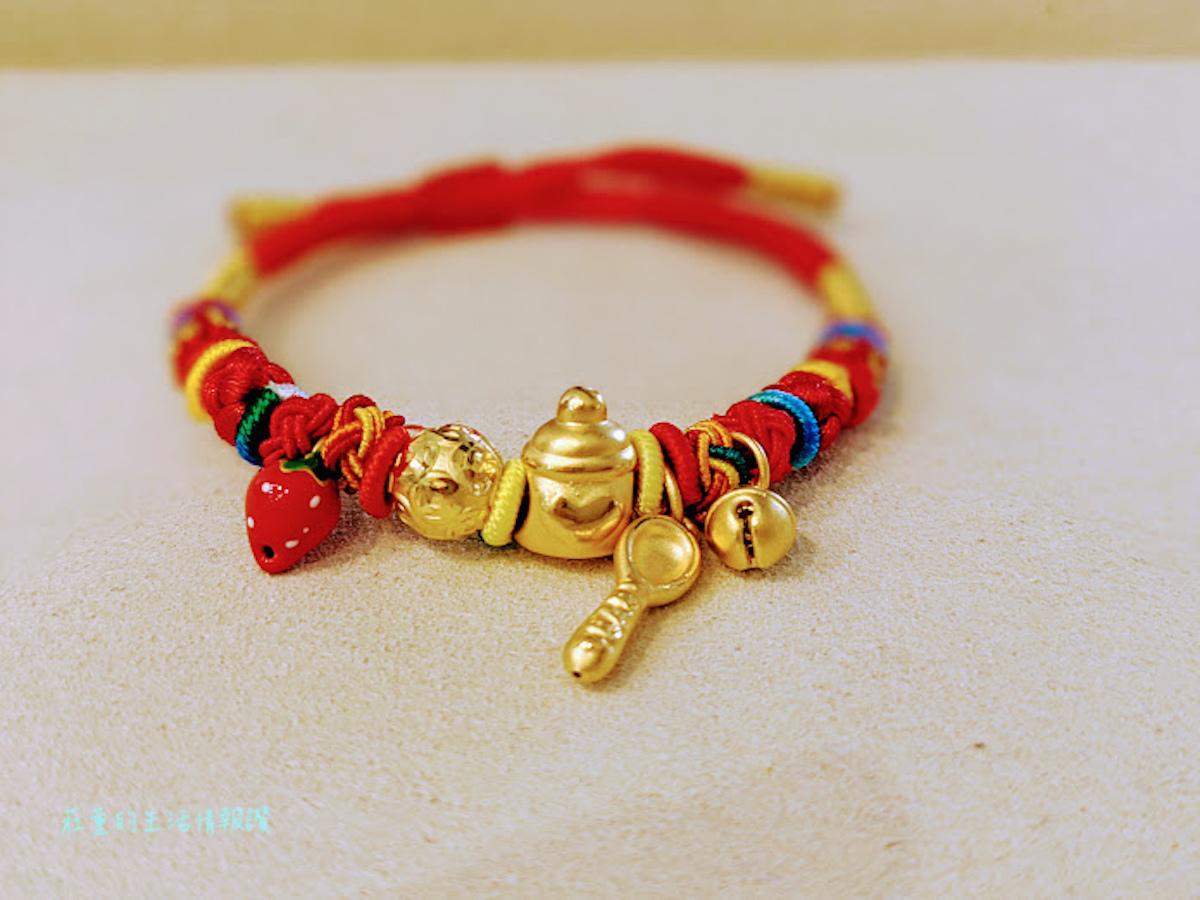 創新的彌月手繩把金湯匙化身迷你串飾,送給寶寶的祝福可以隨心所欲搭配